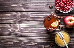 Thé avec le citron et le miel sur le fond en bois Photographie stock libre de droits