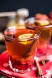 Thé avec le citron et le miel sur le fond en bois Images stock