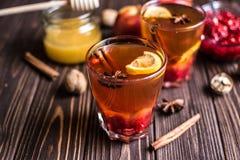 Thé avec le citron et le miel sur le fond en bois Photos stock