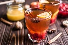Thé avec le citron et le miel sur le fond en bois Images libres de droits