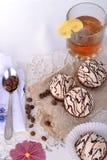 Thé avec le citron et les bonbons Photographie stock libre de droits