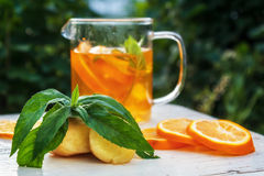 Thé avec le citron, le gingembre et la menthe dans la tasse en verre Photos libres de droits