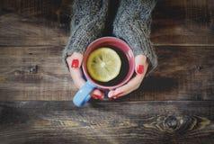 Thé avec le citron, main dans le chandail Vue supérieure Images libres de droits