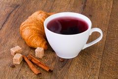 Thé avec le croissant Photos libres de droits