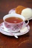 Thé avec le gâteau de rhum Image libre de droits