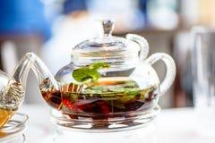 Thé avec les feuilles en bon état dans un verre Photos stock