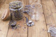 Thé avec les herbes et la lavande sur un fond en bois Santé normale L'espace libre pour le texte Copiez l'espace images stock