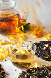 Thé avec les pétales des roses Photographie stock libre de droits