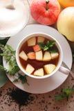 Thé avec les pommes et la menthe. Photo stock