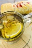 Thé avec un petit pain de confiture Photo stock