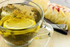 Thé avec un petit pain de confiture Image stock