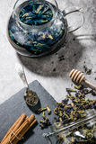 Thé bleu sur la table Image stock