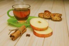 Thé chaud avec de la cannelle et la pomme Images stock