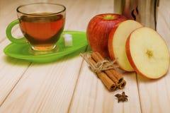 Thé chaud avec de la cannelle et la pomme Photos stock