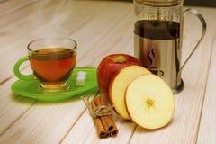 Thé chaud avec de la cannelle et la pomme Photos libres de droits