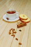 Thé chaud avec de la cannelle et la pomme Images libres de droits