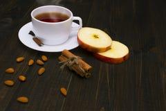 Thé chaud avec de la cannelle et la pomme Image stock