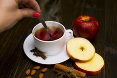 Thé chaud avec de la cannelle et la pomme Photo libre de droits