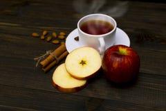 Thé chaud avec de la cannelle et la pomme Photographie stock libre de droits