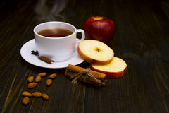 Thé chaud avec de la cannelle et la pomme Image libre de droits