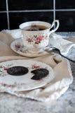 Thé chaud avec des biscuits et une serviette antique photo stock