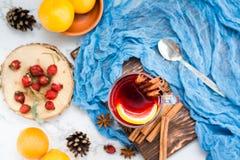 Thé chaud avec le citron et la cannelle dans un verre Boisson de chauffage d'hiver photographie stock