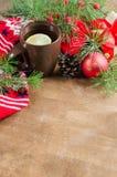 Thé chaud avec le citron et les décorations de Noël Photo libre de droits