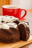 Thé chaud avec le gâteau de rhum Photographie stock