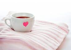 Thé chaud avec le sac à thé de coeur Image stock