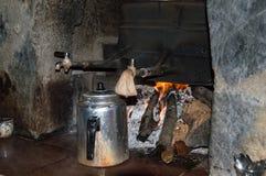 thé chaud bois-mis le feu Photo stock
