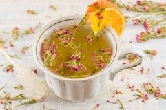 Thé chaud d'amer-herbe dans une tasse de thé Photo libre de droits