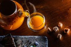 Thé chaud d'arome de fines herbes jaune Image libre de droits