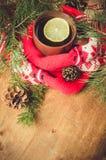 Thé chaud d'hiver et écharpe de rouge de Noël Image stock