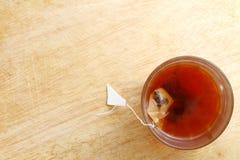 Thé chaud dans le verre Images stock