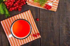 Thé chaud de baie dans une tasse blanche sur un fond en bois foncé Thé avec le viburnum Photos libres de droits