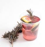 Thé chaud de framboise avec le citron et les vitamines pour l'hiver Image stock