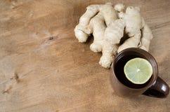 Thé chaud de gingembre avec le citron Médecine parallèle Photographie stock libre de droits