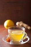 Thé chaud de gingembre de citron dans la tasse en verre Photographie stock libre de droits