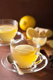 Thé chaud de gingembre de citron dans la tasse en verre Image stock
