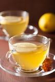 Thé chaud de gingembre de citron dans la tasse en verre Images libres de droits
