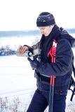 Thé chaud de jeunes boissons mâles de skieur Images stock