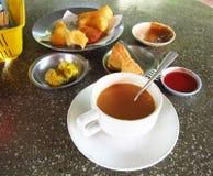 Thé chaud de lait dans le style chinois de petit déjeuner Photo libre de droits