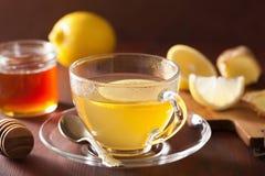 Thé chaud de miel de gingembre de citron dans la tasse en verre Image libre de droits