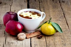 Thé chaud de Noël avec la tasse de fond d'Apple Berry Cinnamon Wooden de l'horizon chaud de fruits de l'espace de copie de fond d image stock