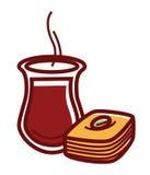 Thé chaud en cruche et baklava douce savoureuse Images stock