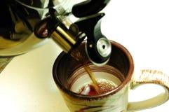 Thé chaud frais étant renversé photos stock
