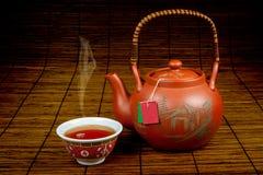 Thé chinois se renversant dans un cup-1 Photo libre de droits