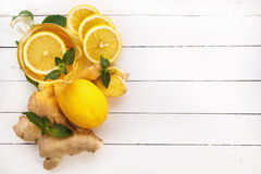 Thé, citron, gingembre, menthe sur les conseils blancs Vue de ci-avant Photo libre de droits