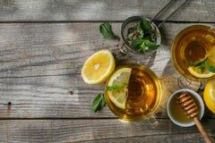 Thé d'été - tasses de thé sur le fond en bois rustique avec des nuances de feuilles - jardin Images libres de droits