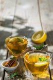 Thé d'été - tasses de thé sur le fond en bois rustique avec des nuances de feuilles - jardin Photo libre de droits